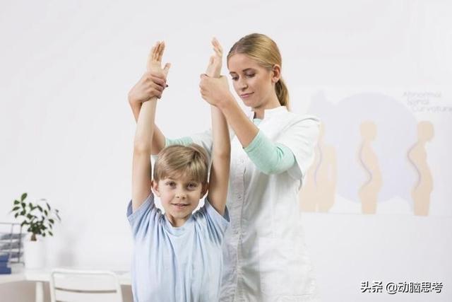 你家孩子驼背吗?千万要注意保护孩子,掌握这三个要点来应对