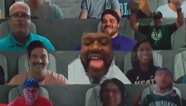 【影片】大鯊魚來襲!公鹿快艇贏球卻被歐尼爾搶鏡,上虛擬牆C位觀戰,瘋狂吐舌頭!