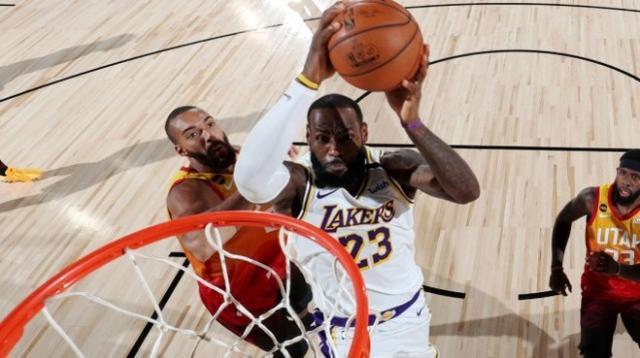 只差一場追平Kobe!詹姆斯砍22+8+9鎖定西區榜首,新神蹟也更近了!(影)