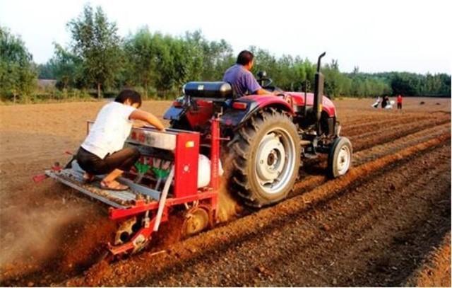 最近雨水多田地比较湿不好播种,晚上加班稍微改良一下小麦播种机