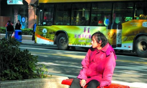孕妇路边生孩子 路人自发送来被子和糖水 - 腾讯网-QQ.COM