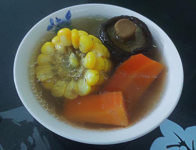 一个玉米,一个胡萝卜,两斤猪脊骨,做一道营养美味养生汤