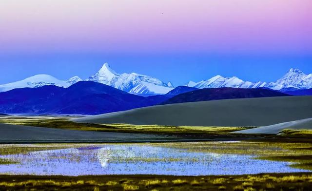 西藏美景人背影