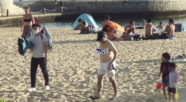 """霍启刚""""假""""陪娃?去海滩游泳穿长裤球鞋,还不如爷爷霍震霆投入"""