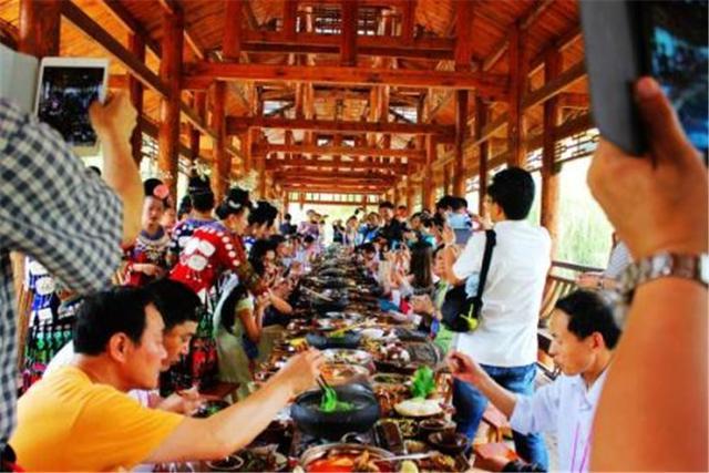 导游为何不和游客同桌吃饭?一到吃饭时间就消失,他们是去哪里了