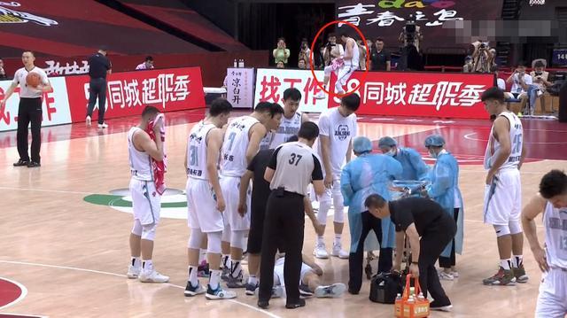 再遭質疑!隊友受傷不去詢問,周琦遠遠看一眼便找人聊天,這就是球隊老大?-黑特籃球-NBA新聞影音圖片分享社區