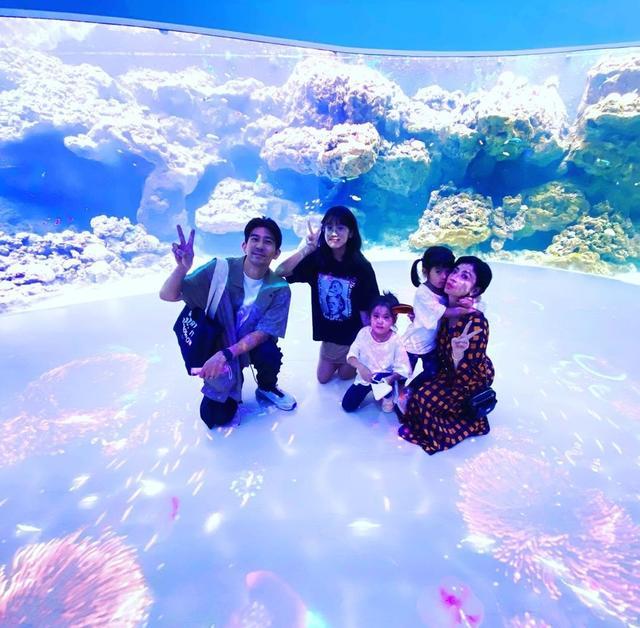 海洋馆成明星家庭旅游胜地,昆凌带儿女现身打卡,海瑟薇初成长