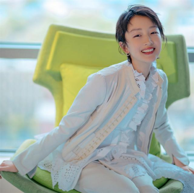 周冬雨走红毯高贵优雅少女感十足 网友:小孩穿了大人的衣服