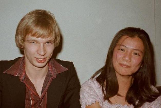 1985年翁美玲拧开煤气自杀,汤镇业满脸憔悴,粉丝却直呼:打死他