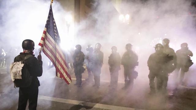 美国疫情突破500万人有望,暴动和骚乱依然不止,阶级划分是主因