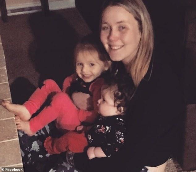 美国女子吸毒过量死在车上后,2名年幼女儿在车内被活活热死