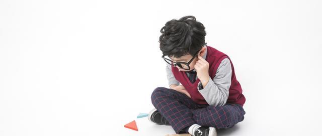 云镜台:近视眼的人怎样戴眼镜眼球才能不凸出?