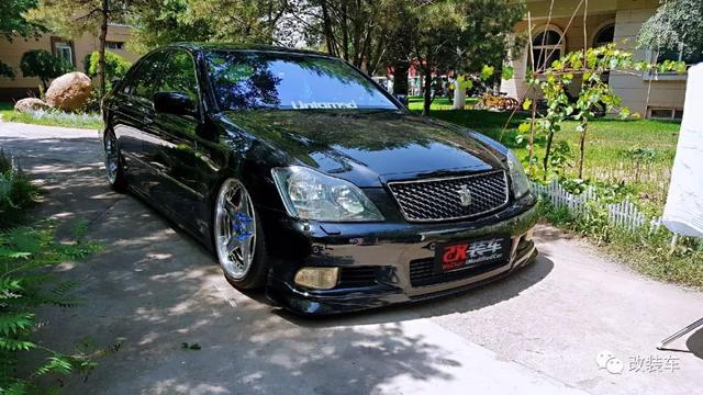 丰田12代皇冠变身为迈巴赫配色 豪华气质瞬间爆发改装车
