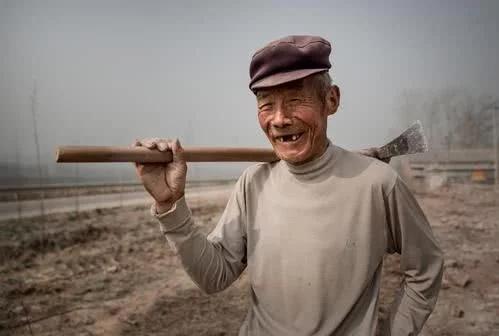山西老农砍柴发现藏金洞,挖了整整一车黄金,去银行换钱