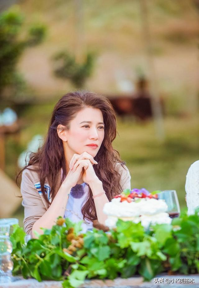 袁咏仪与丈夫感情让人羡慕,携手出席母亲生日会,儿子颜值成亮点