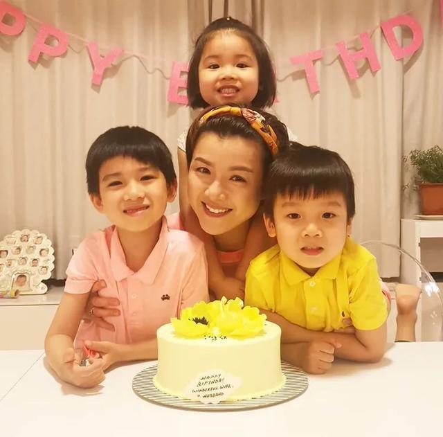 陈茵媺和子女逛街超有爱,二儿子古灵精怪,吃柠檬酸到变形