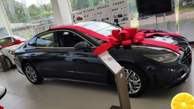 2020款現代索納塔,還是選黑色的好,車身加長加大,關鍵更省油