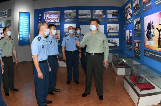 习近平:向全体人民解放军指战员武警部队官兵民兵预备役人员致以节日祝贺