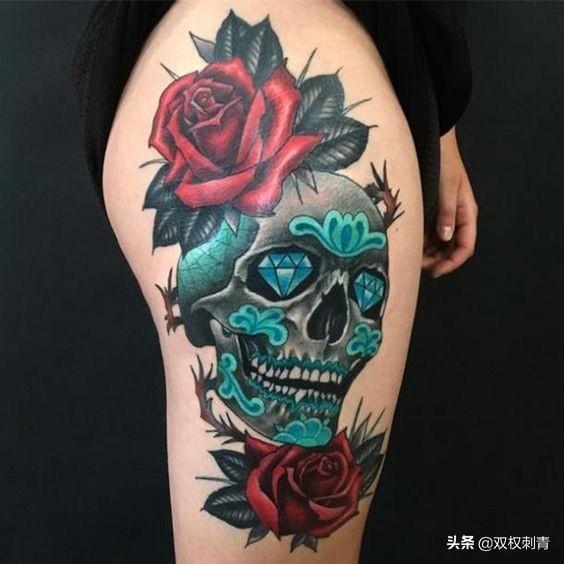 女满背纹身图鱼骷髅