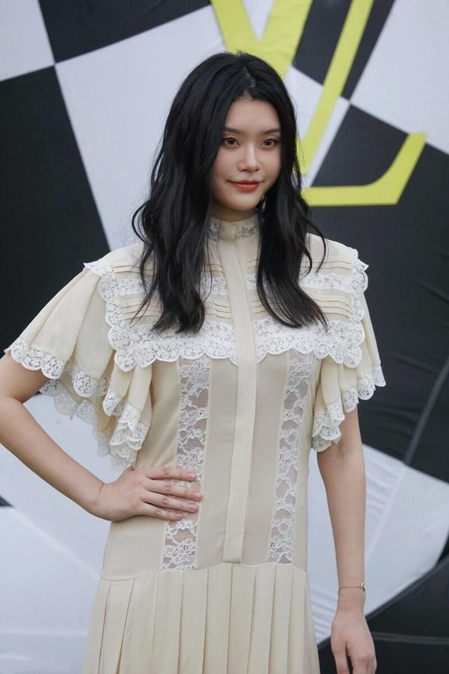 奚梦瑶产后复工,同件花边衫胖瘦不相同,请问是同一个她吗?