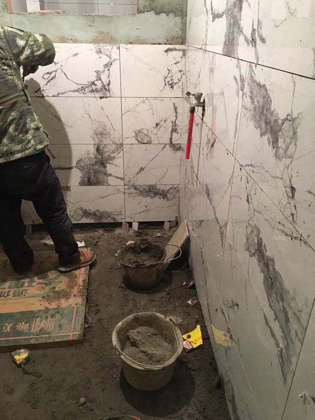 """买了泼墨纹的瓷砖,一定要找个懂行的师傅,不然贴完就""""毁容"""""""