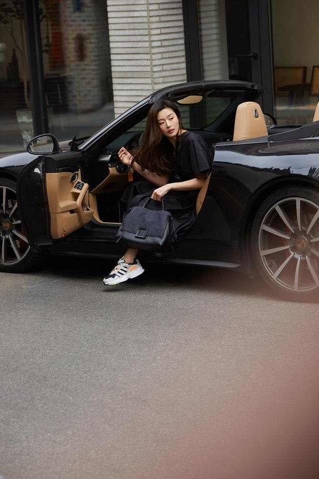 全智贤坐敞篷跑车亮相,穿黑色连衣裙配运动鞋,极简欧美风太高级