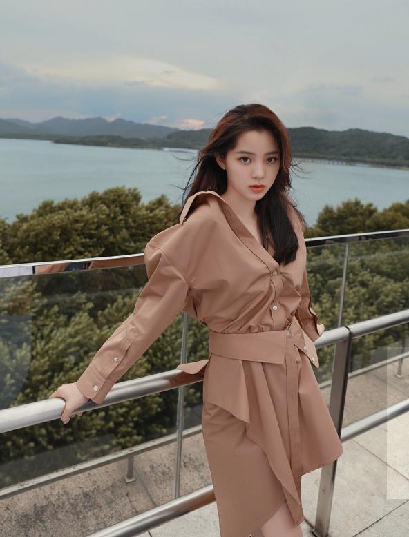 欧阳娜娜最新活动造型,穿6870衬衫裙搭6620短靴真惊艳