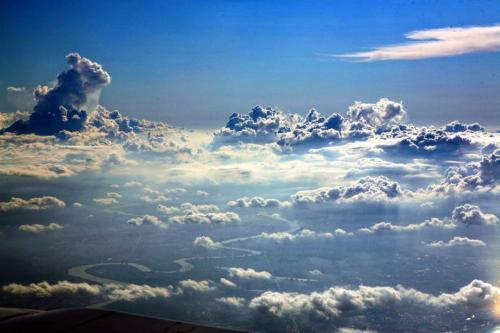 一朵云的重量将近550吨为什么它不掉下来?