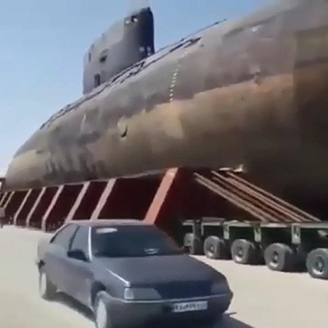 伊朗公路上出现罕见一幕,3000吨潜艇被卡车拖着走,专家:有问题