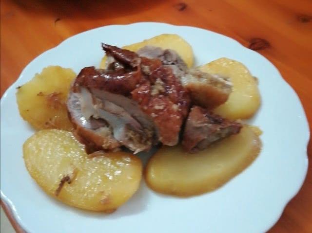 农村土豆焖鸭的做法