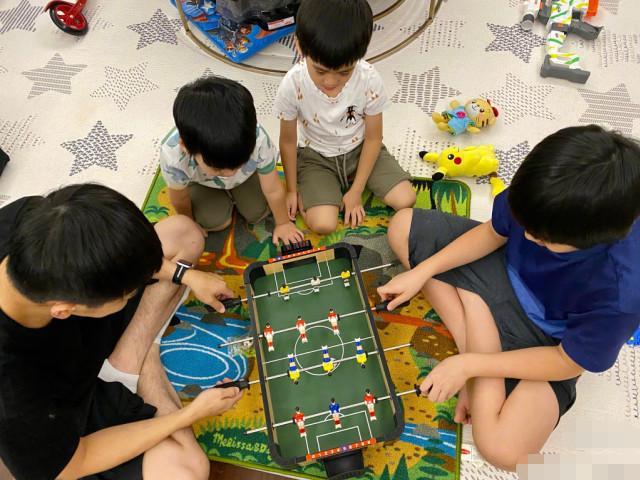 林志颖深夜陪娃玩足球,父子四人同款发型抢镜,kimi与爸爸分不清