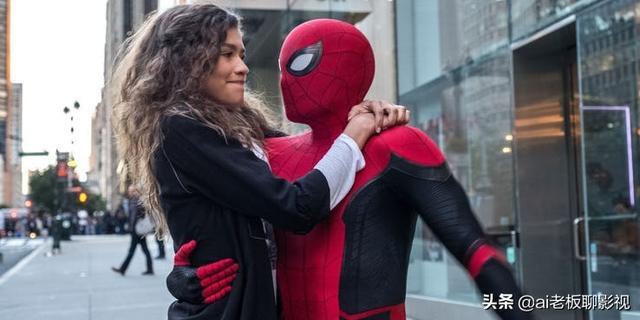 在《蜘蛛侠:远离家园》中,彼得帕克穿上了他的新红黑相间的套装
