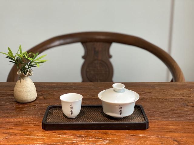 茶台的茶具摆放位置