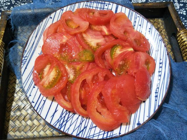 凉拌西红柿,只知道放糖就错了,难怪西红柿不出汤,大厨:这样做