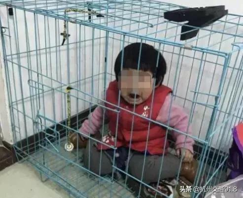 心痛!女童疑被父亲关在笼子虐待,被用脚踩脸…真相曝光