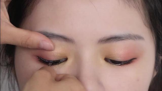 美女手把手教你贴出超自然假睫毛,不仔细看还以为是真睫毛呢!