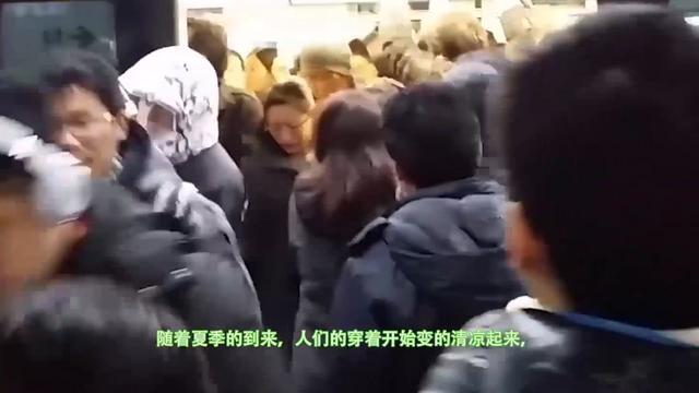女子穿露背装乘地铁,穿着清凉,网友:欣赏不来