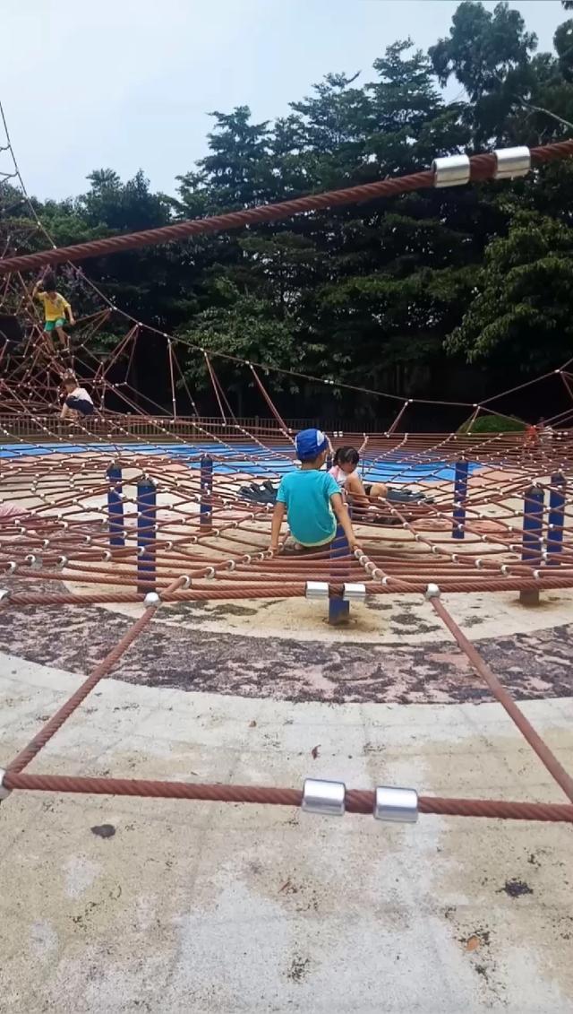 调皮的仔仔到了海珠儿童公园就喜欢爬蜘蛛网