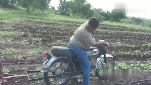没有牛耕田咋办,农民大叔突发奇想,将摩托车改装成耕地机!