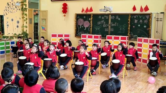 5岁女孩街头表演非洲鼓