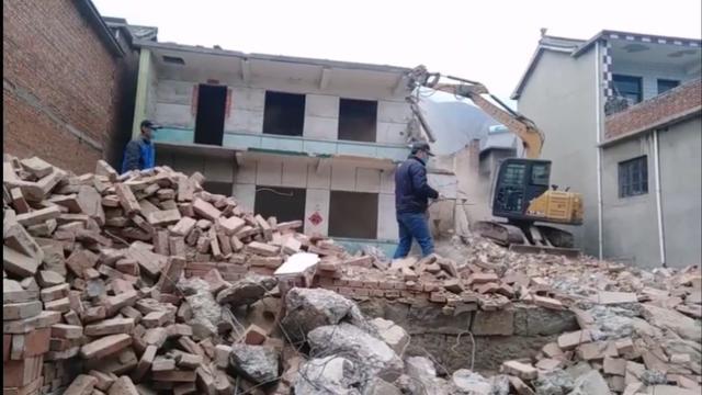 小挖机拆楼房,这个司机的操作稳稳的!