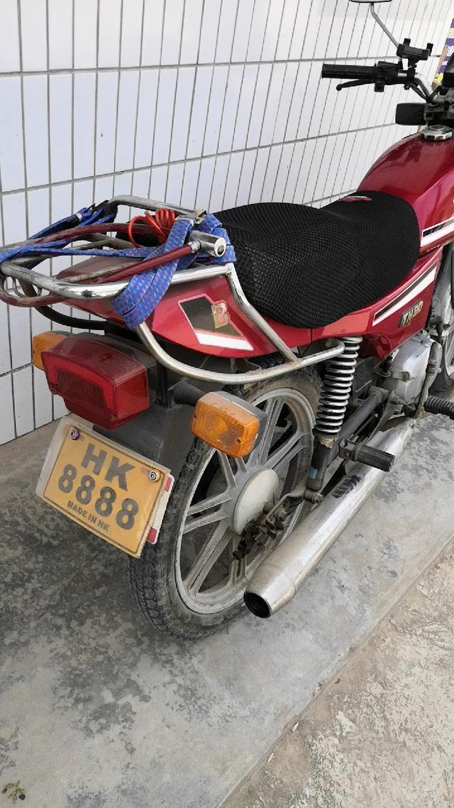 93年售价1万3的天津本田90摩托车,至今排气筒都没锈烂,一脚启动