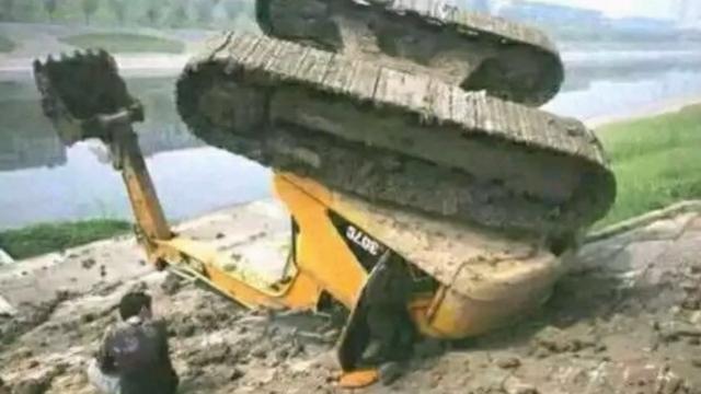 挖机翻车事故图片