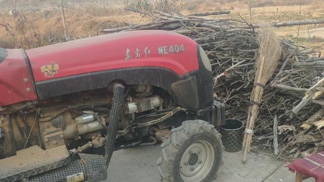 15年东方红404拖拉机,车主要一万六,大家看看值不值。