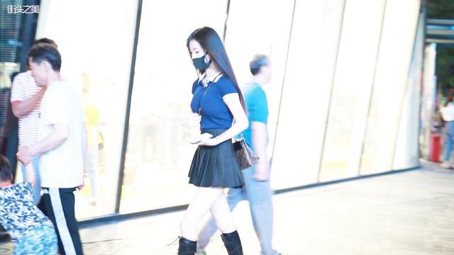 三里屯街拍,极品身材妹子戴口罩都美!这身材真是要什么有什么