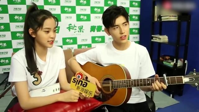 陈飞宇和欧阳娜娜弹吉他合唱《后来》,陈飞宇一直在看着娜娜!