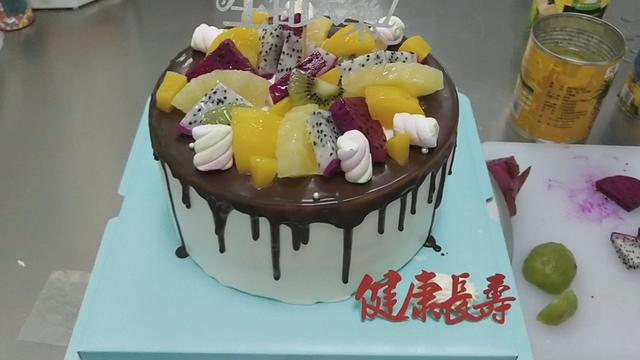 Chocolate tube surface, and a variety of fruits collocation is super good,I want to learn quickly to make the cake with us
