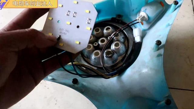 简易款电动车大灯构造你知道吗?小伙特地拆个大灯总成,一目了然