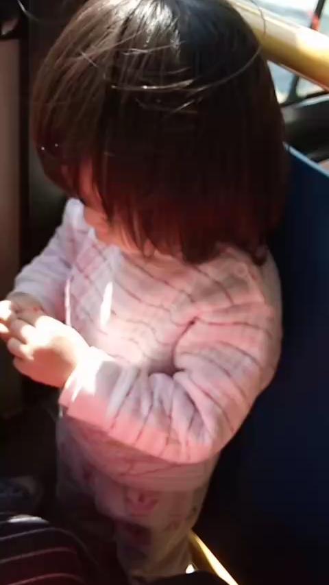 女子带娃坐公交,农民工擦肩而过,女子一个动作惹怒所有人。