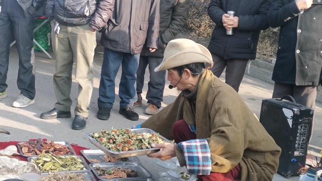 老江湖跑农村市场卖西藏神药,围观的大爷估计有人要下手。